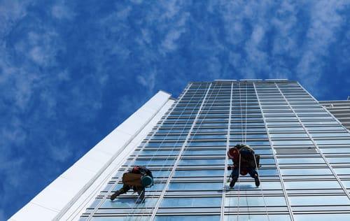 odborné mytí oken na výškových budovách