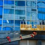 mytí oken z hydraulické plošiny