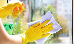 krásná práce při mytí oken