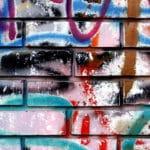 odstraňování graffiti z cihlové zdi