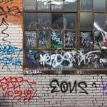 Profesionální renovace fasád - odstranění graffiti