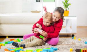 Kinder und schmutzige Teppiche